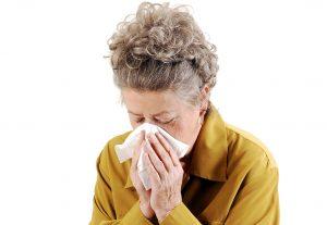 Äldre kvinna förkyld